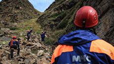 Отработка действий по поиску и эвакуации пострадавшего туриста из горно-скалистой местности Эльбрусским высокогорным поисково-спасательным отрядом МЧС РФ. Архивное фото