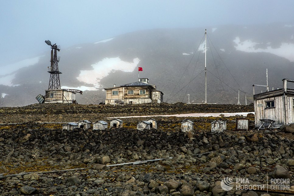 Будки для ездовых собак на полярной станции Бухта Тихая на острове Гукера архипелага Земля Франца-Иосифа.