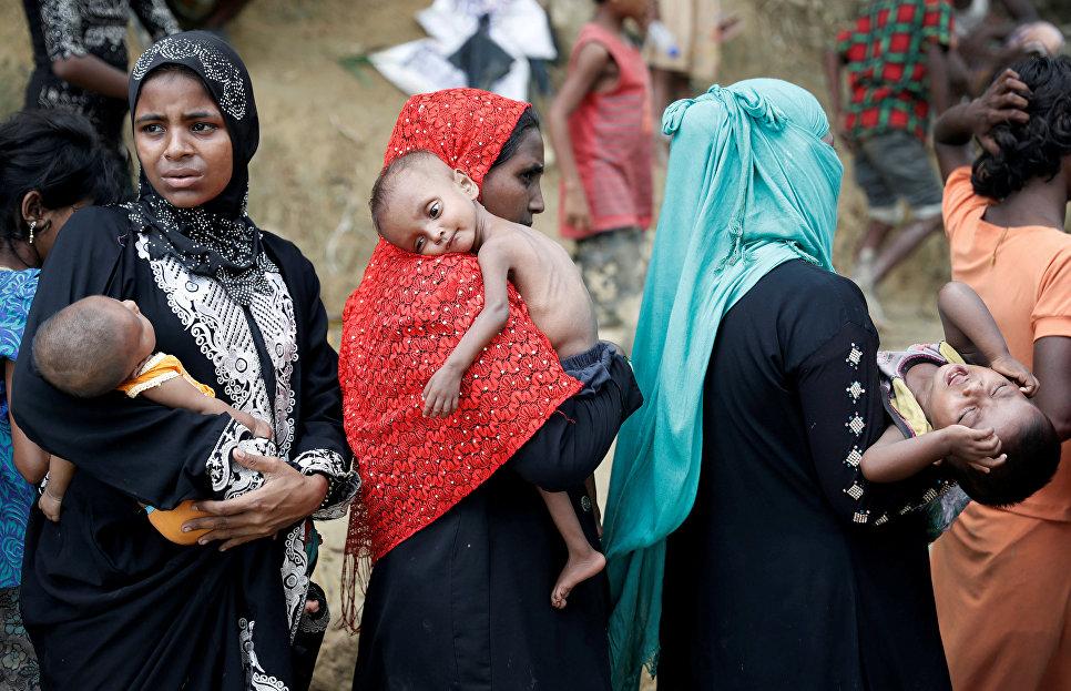 Беженцы рохинджа ждут гуманитарную помощь в лагере в Кокс-Базаре, Бангладеш.