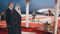 Президент России Владимир Путин и король Саудовской Аравии Абдалла во время церемонии встречи в аэропорту имени Короля Халеда. 11 февраля 2007