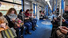 Пассажиры в вагоне поезда московского метрополитена. Архивное фото