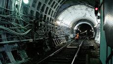 Рабочая метрополитена осматривает пути. Архивное фото