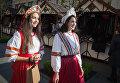 Девушки на открытии первой Всероссийской ярмарки одежды, обуви и текстиля