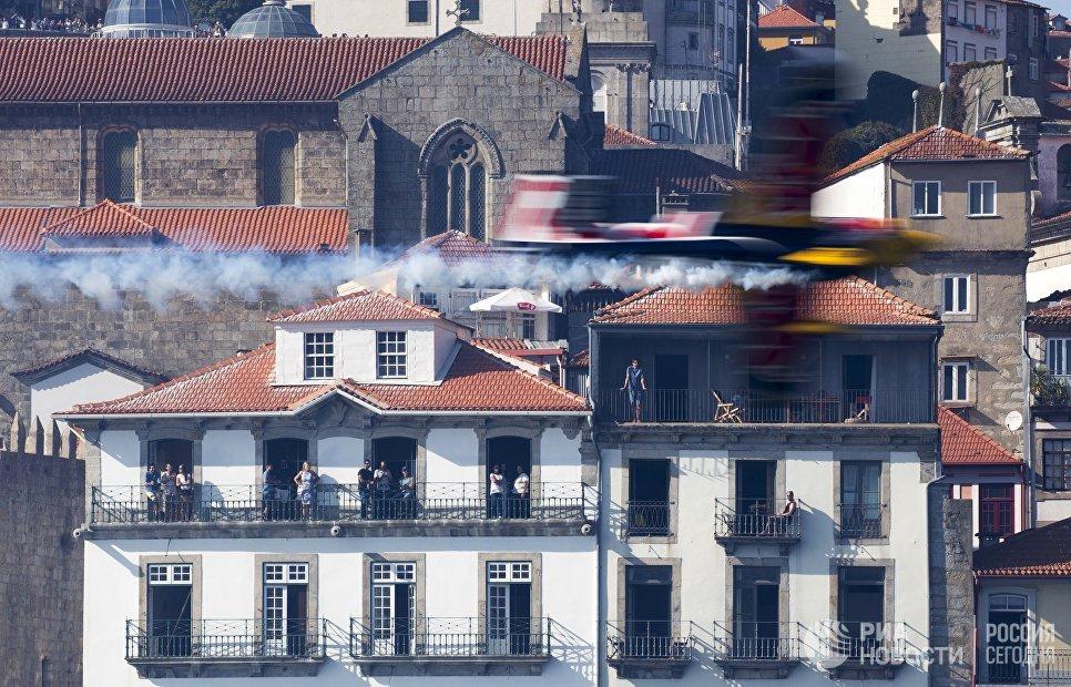 Пилот во время выступления в классе Challenger на этапе чемпионата мира Red Bull Air Race в Порту