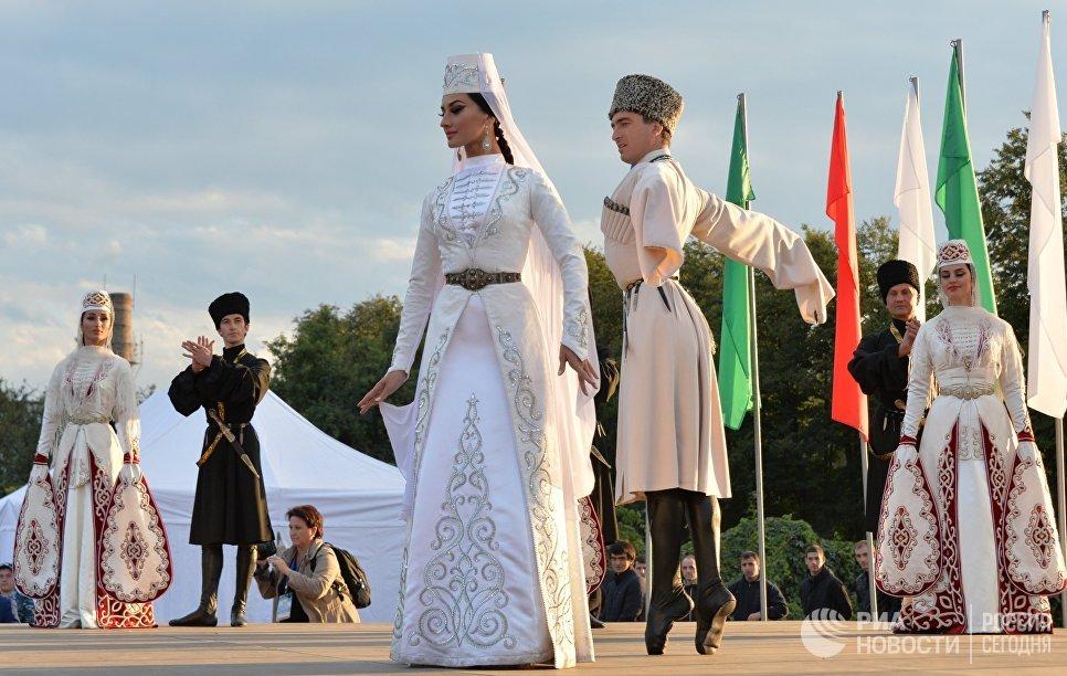 Выступление участников ансамбля танца Алан на открытии VIII Фестиваля культуры и спорта народов Кавказа. 30 сентября 2017