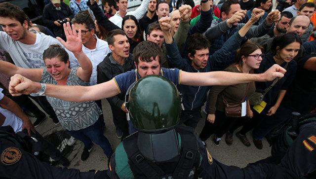 Милиция Испании открыла огонь поучастникам референдума, есть раненые