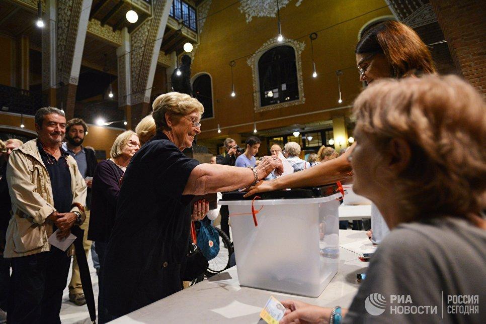 Голосование на избирательном участке в Барселоне во время референдума о независимости Каталонии. 1 октября 2017