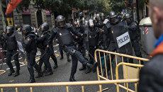 Испанская полиция пытается помешать людям добраться до места для голосования в Барселоне, Испания. 1 октября 2017