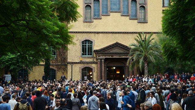 Люди у входа на избирательный участок в Барселоне во время референдума о независимости Каталонии. 1 октября 2017