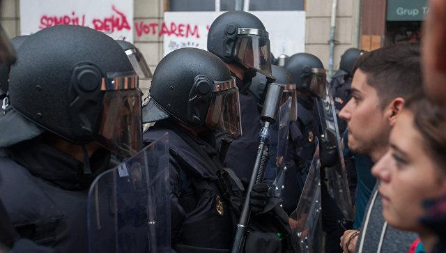 Сотрудники полиции и участники столкновений у избирательных участков в ходе референдума о независимости Каталонии. 1 октября 2017