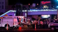 Полиция и медицинские службы на месте стрельбы у казино Mandalay Bay в Лас-Вегасе, США. 2 октября 2017