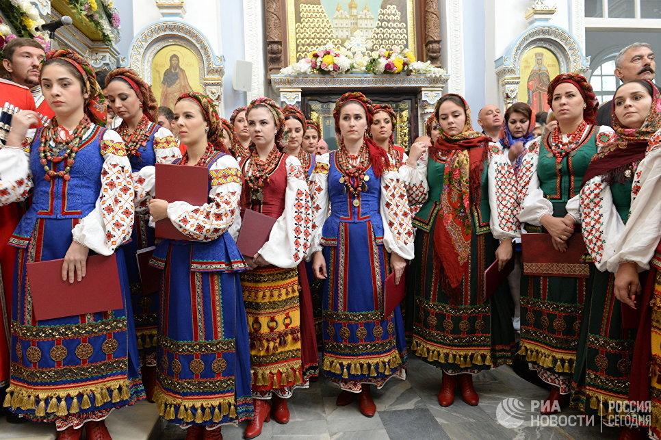 Прихожане во время освящения Успенского кафедрального собора в Ташкенте