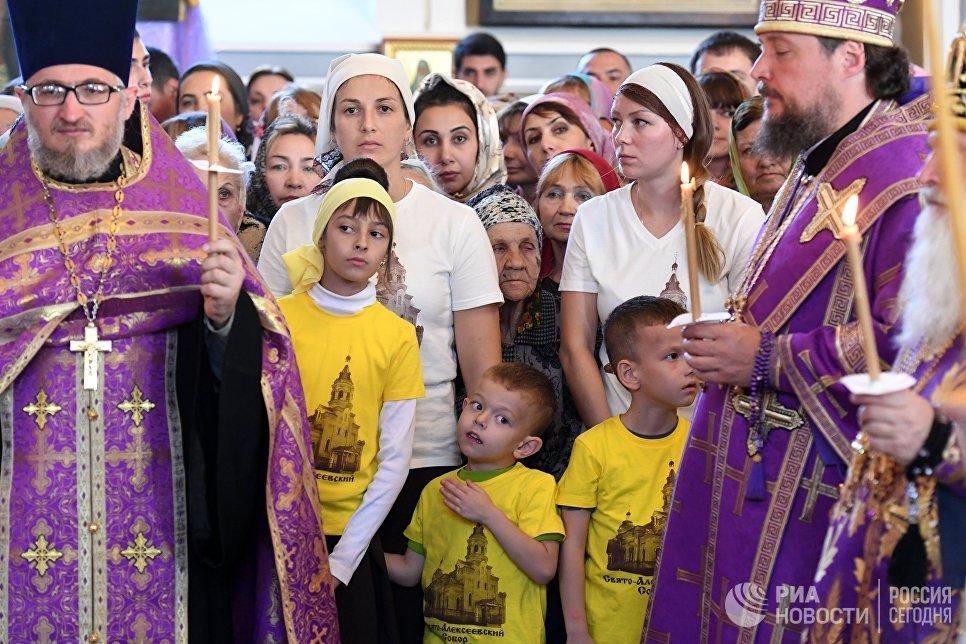 Верующие во время всенощного бдения в храме святителя Алексия, митрополита Московского в Самарканде