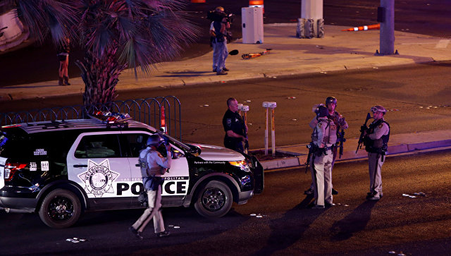 Сотрудники полиции на месте стрельбы у казино Mandalay Bay в Лас-Вегасе, США