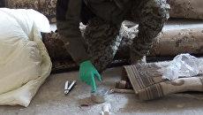 Сотрудник ФСБ России демонстрирует предположительно взрывчатое вещество, изъятое в ходе задержания членов бандгруппы, планировавших покушение на религиозного проповедника Республики Ингушетия. 2 октября 2017