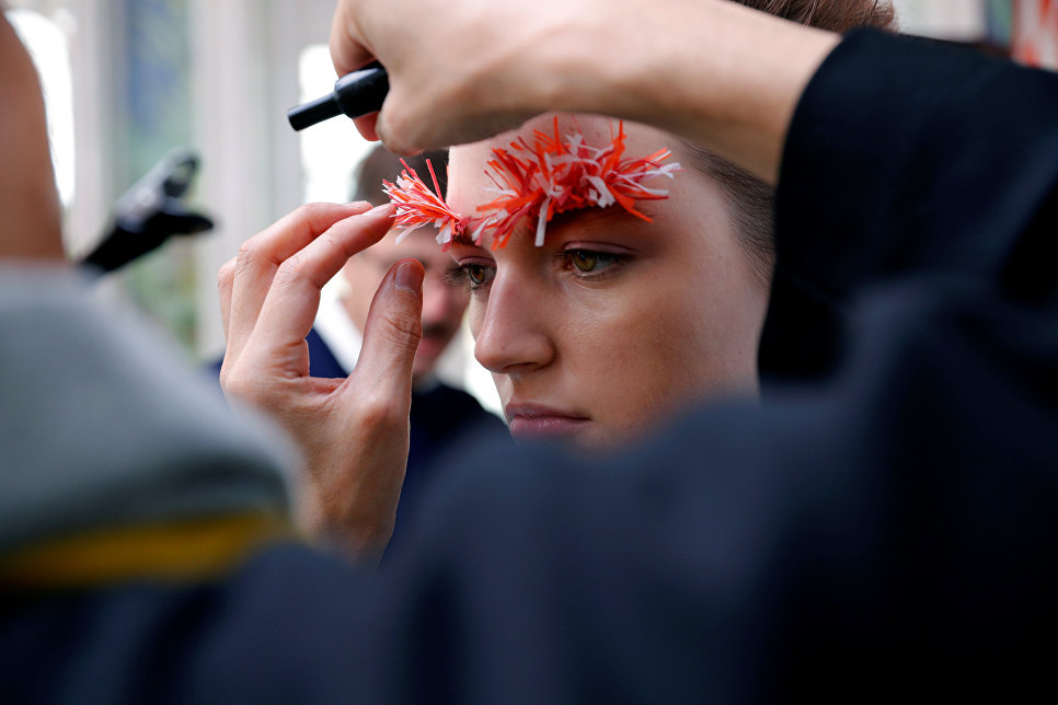 Модель готовится к показу в рамках Недели моды в Париже
