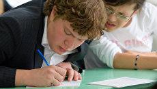 Старшеклассники сдают письменный экзамен по литературе в одной из курганских школ
