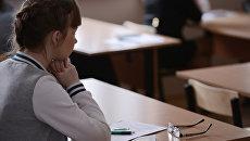 Ученица перед началом сдачи ЕГЭ в Новосибирске. Архивное фото