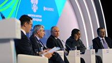 Владимир Путин выступает на пленарной сессии Энергия для глобального роста. 4 октября 2017