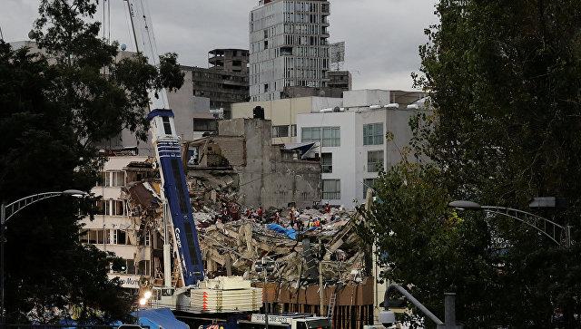 Спасательная команда разбирает обломки рухнувшего здания в районе Кондеса, после землетрясения в Мехико, Мексика. 3 октября 2017
