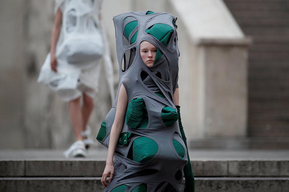 Модель во время показа коллекции американского модельера Рика Оуэнса на неделе моды в Париже