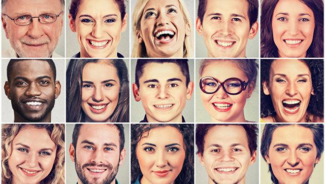 Улыбки на лицах людей