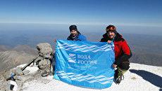 Выше неба: на Эльбрусе развернули флаг Воды России