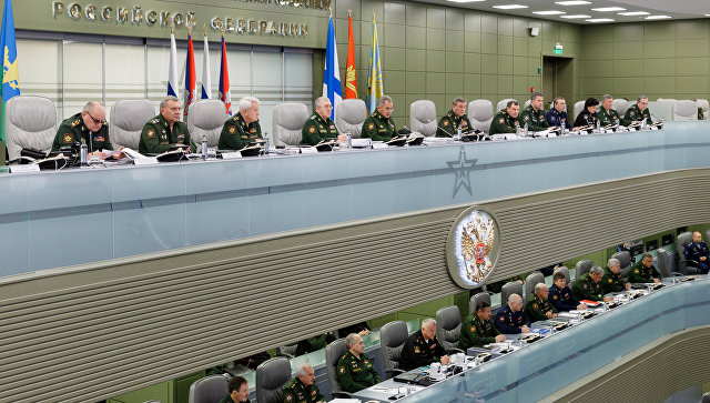 Министр обороны РФ Сергей Шойгу во время очередного селекторного совещания с руководящим составом Вооруженных Сил в Национальном центре управления обороной страны. 6 октября 2017