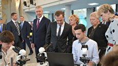 Дмитрий Медведев во время посещения образовательного комплекса Воробьёвы горы. 6 октября 2017