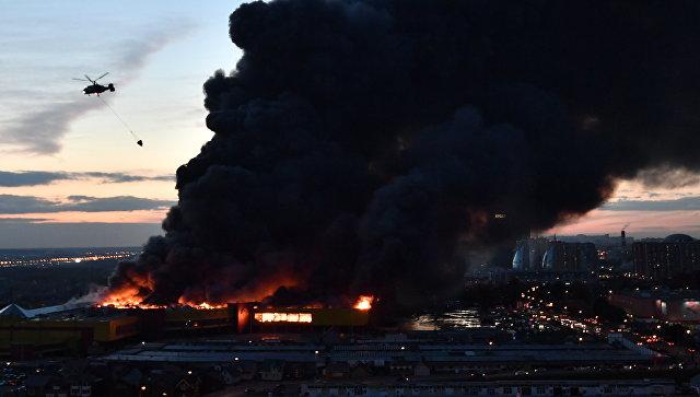 Пожарные локализуют пожар вТЦ «Синдика» кчетырём часам утра