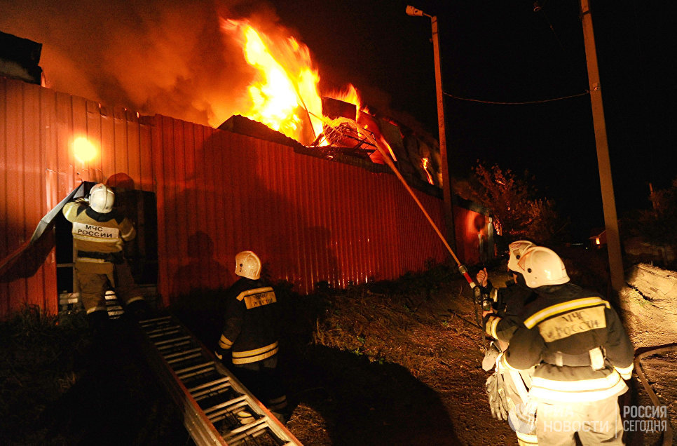 Тушение пожара на рынке Восточный в Ростове-на-Дону. 08 октября 2017