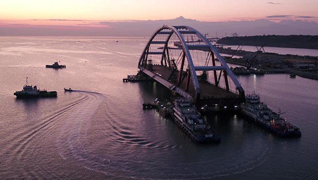 В Крыму начали готовить подъемное оборудование для автомобильной арки моста