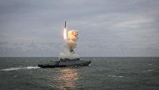 Малый ракетный корабль Град Свияжск запускает ракету Калибр во время итоговых учений корабельных группировок Каспийской флотилии. Архивное фото