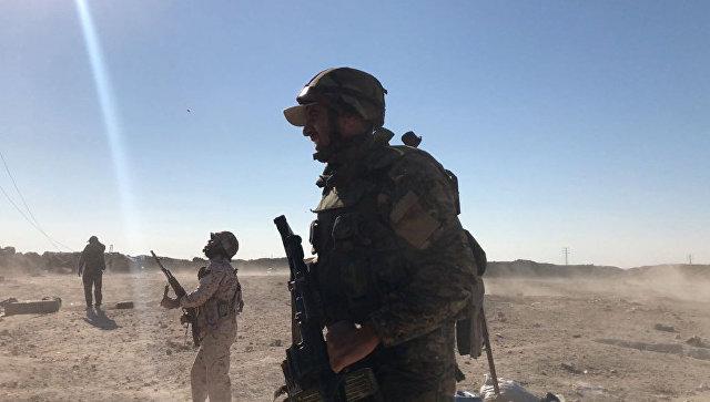 Бойцы сирийской армии во время наступления в районе Дейр-эз-Зора. Архивное фото
