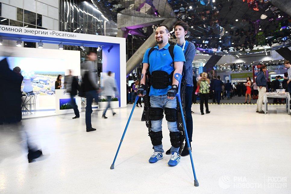 Демонстрация ортопедического механизма для людей с ограниченными физическими возможностями на выставке, проходящей в рамках международного форума Открытые Инновации- 2017  в Москве