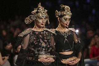 Модели во время показа коллекции дизайнера Фахада Хусейн на Неделе свадебной моды Пакистане