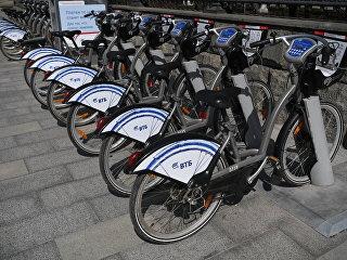 Велопарковка городского общественного проката велосипедов в Москве. Архивное фото