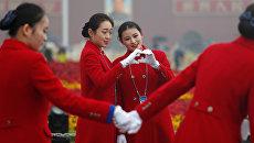 Девушки на площади Тяньаньмэнь во время открытия 19-го съезда Коммунистической партии Китая. 18 октября 2017