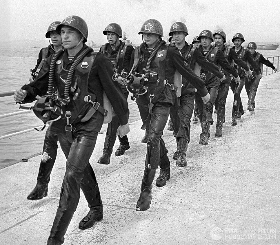 Отряд бойцов диверсионно-разведывательных сил ВМФ на марше в день празднования Военно-морского флота