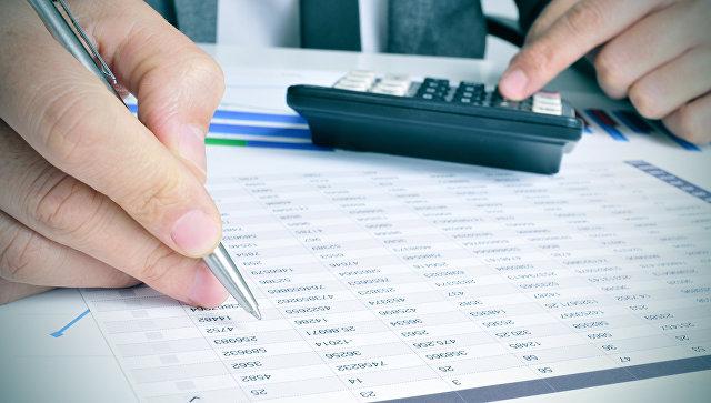 Бизнесмен проверяет счета. Архивное фото
