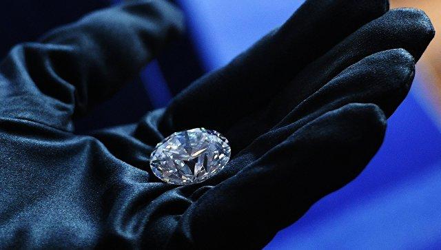 Закрытый показ коллекции бриллиантов Династия в Москве (бриллианты созданы из одного алмаза, изготовлены гранильным подразделением Бриллианты АЛРОСА)