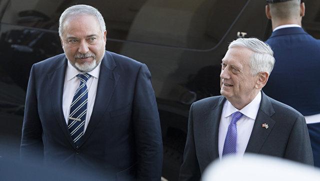 Министр обороны США Джеймс Мэтисс приветствует министра обороны Израиля Авигдора Либермана, США. 19 октября 2017