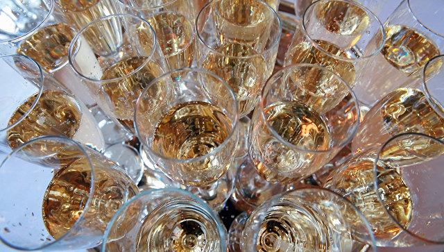 """Канадец подал в суд на авиакомпанию за """"игристое вино вместо шампанского"""""""