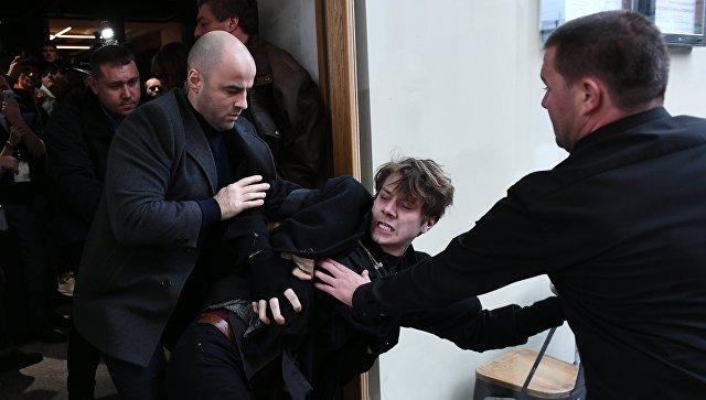Неизвестный в маске лошади пытался прорваться к Собчак на пресс-конференции