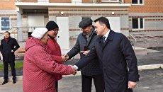 Министр строительства РФ Михаил Мень и губернатор Подмосковья вручает участникам долевого строительства ключи от квартир в 16-м корпусе 3-го микрорайона Восточный в Звенигороде