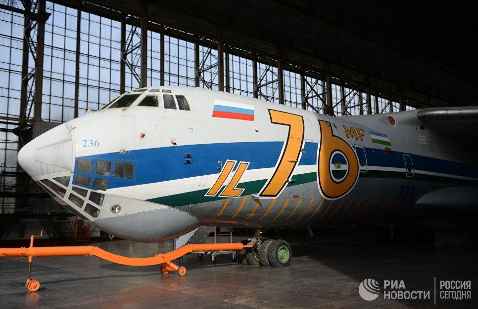 Самолет Ил-76 на территории Ташкентского механического завода.