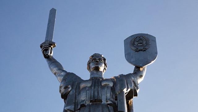 Монумент Родина-мать на территории мемориального комплекса Национальный музей истории Украины во Второй мировой войне в Киеве. Архивное фото
