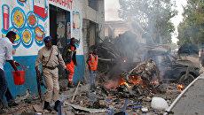 Офицеры безопасности на месте взрыва бомбы у ворот гостиницы возле президентского дворца в Могадишо, Сомали. 28 октября 2017
