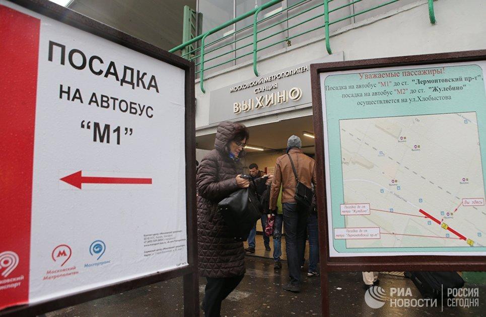 Указатели посадок на бесплатные автобусы возле станции метро Выхино. 30 октября 2017