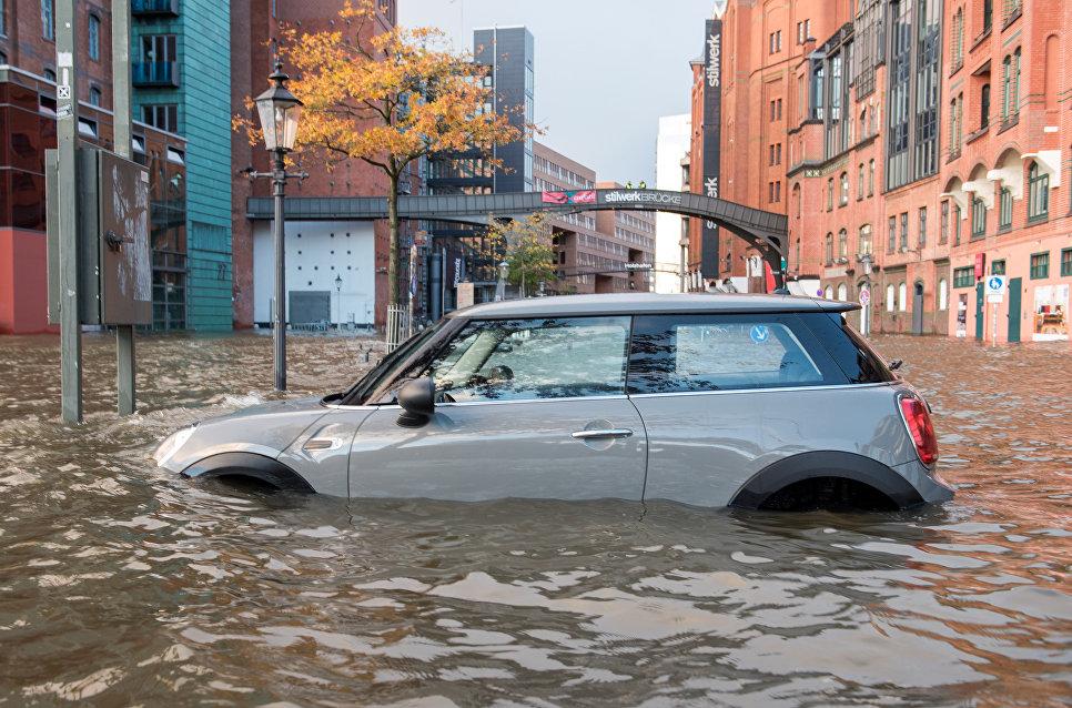 Автомобиль на затопленной улице Гамбурга во время урагана Герварт в Германии. 29 октября 2017